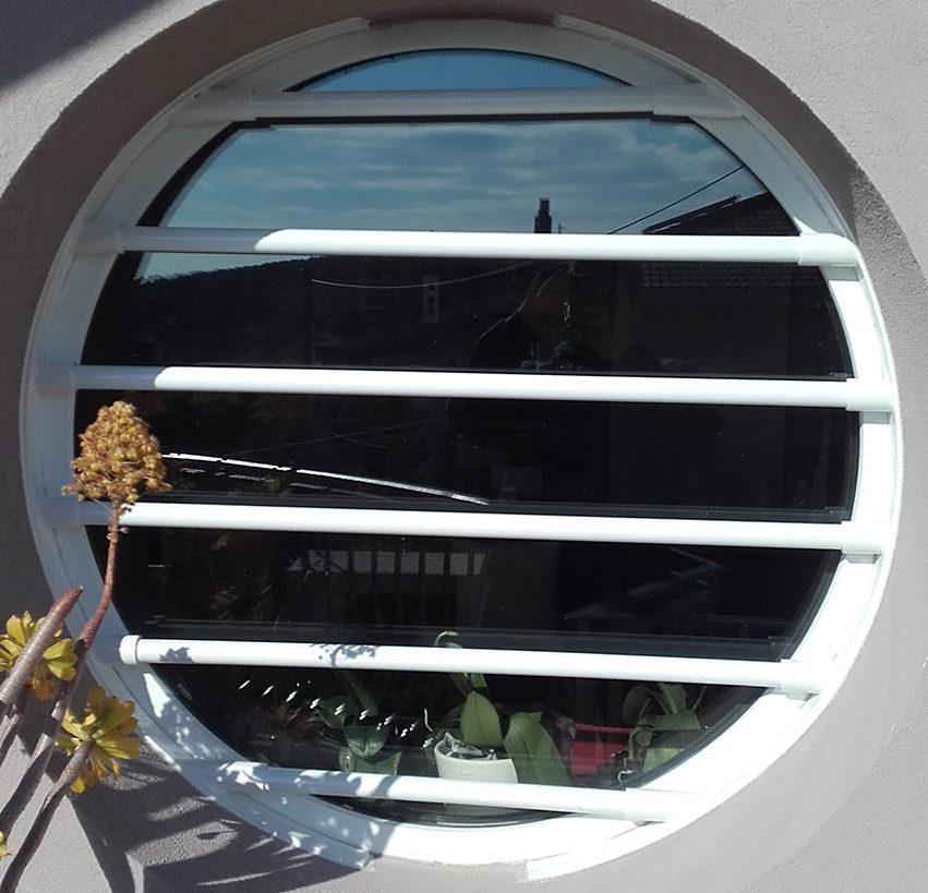 Barres de sécurité fixes type T 70 sur fenêtre ronde
