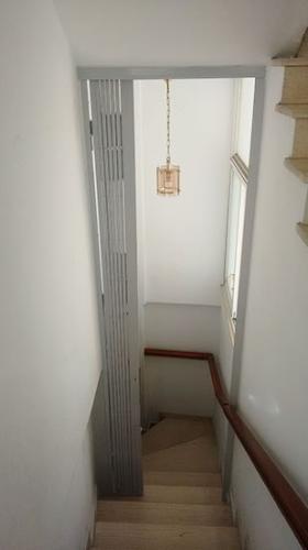 Grille de sécurité extensible à doubles lamelles d'acier - T 90 sur l' escalier intérieur d'une maison (entre deux étages)